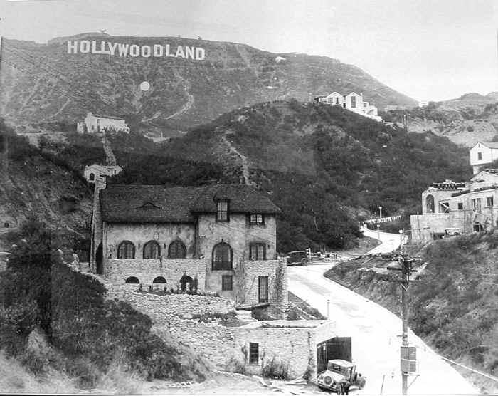Оригиналната табела Hollywoodland. Изглед от долината през средата на 20те
