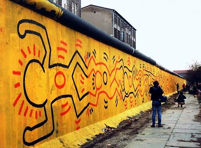 Рисунки от Кийт Харинг върху Берллинската стена