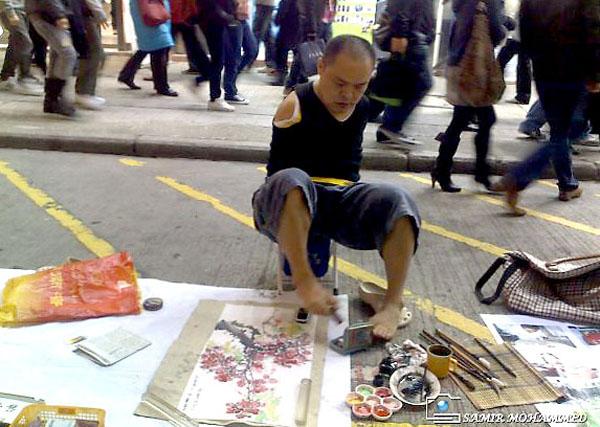 Безръкият художник Хуан Гу Фу рисува с уста и крака