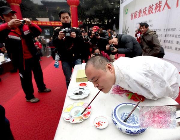 Демонстрация на Хуан Гу Фу за рисуване с уста