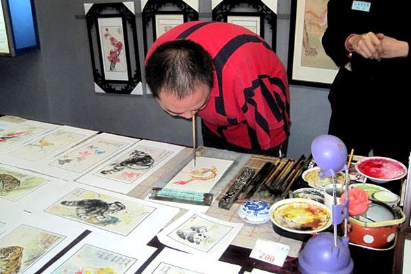 Хуанг Гу Фу демонстрира как се рисува с уста
