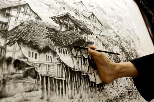 Хуан Гу Фу демонстрира рисуване на картина с крак