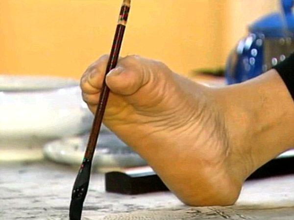 Хуан Гу Фу рисуване с помощта на своя крак
