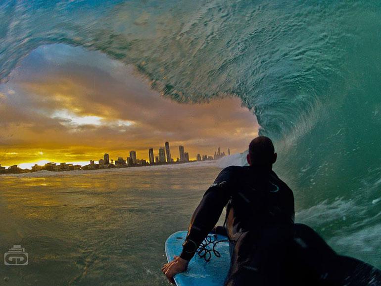 Невероятна цифрова фотография - сърфиране под вълните