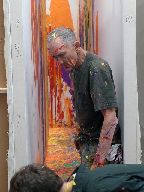 Художникът Ричърд Джаксън, автор на скулптурата Bad Dog