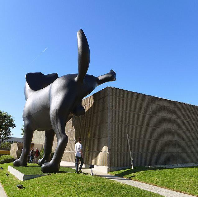 Bad Dog- скулптура на огромно куче на Ричард Джаксън