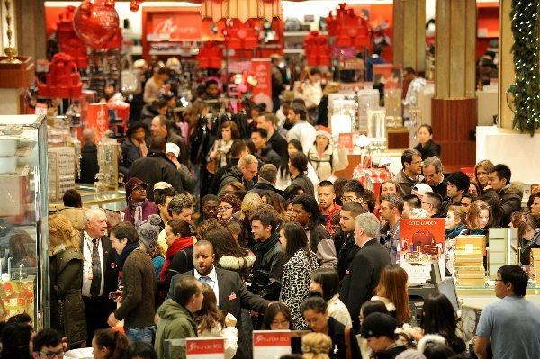 Тълпи от хора в магазините на Black Friday - черен петък