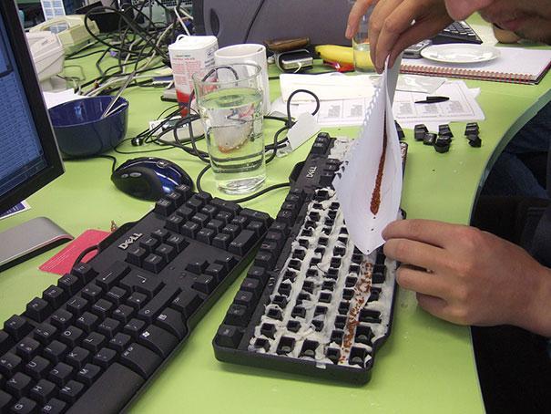 Превърнете клавиатурата на колегата си в пролетна градинка
