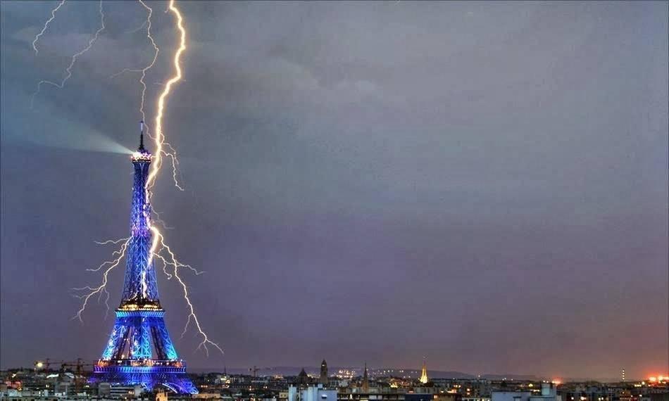 Светкавици край Айфеловата кула