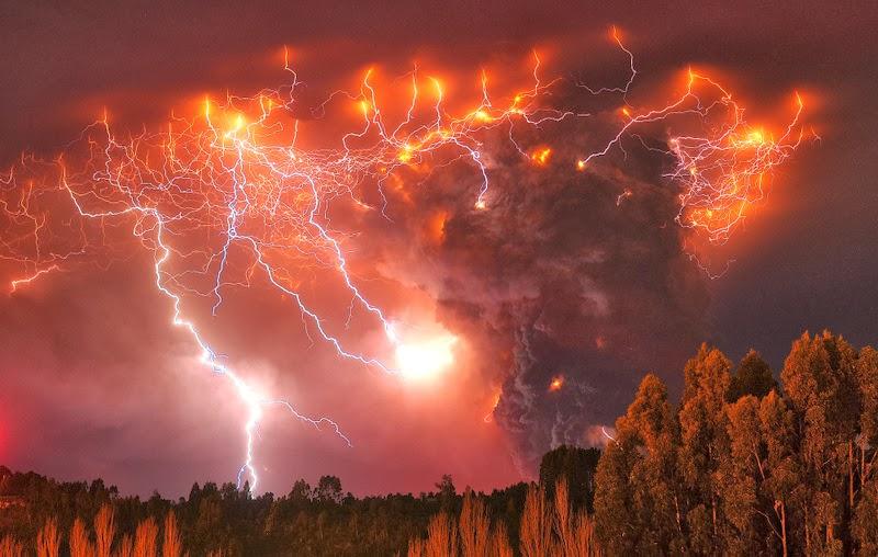 Светкавици над вулкана Puyehue в Чили