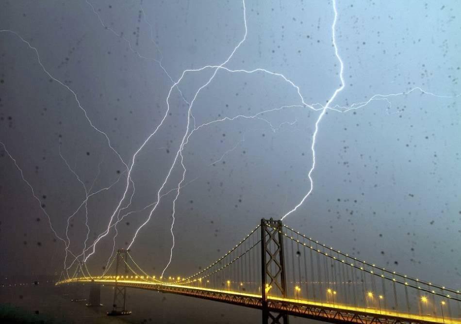 Светкавици край Бей Бридж в Сан Франциско