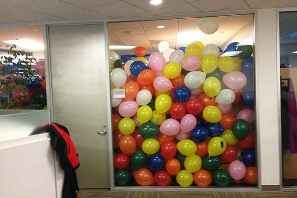 Първоаприлски шеги - офис, пълен с балони